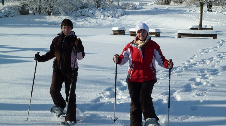 Two women are hiking with snow boots in the Harz